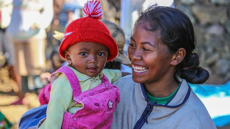 ابتسامة الأم وطفلها، مدغشقر. © محمد العريف / البنك الدولي